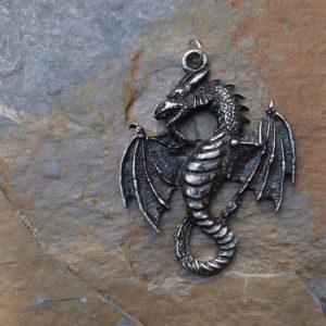 okřídlený drak se sočeným ocasem na zavěšení