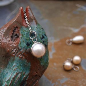 přívěsek s perlou a chir. ocelí