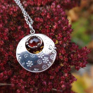 přívěsek ocel a granát hessonit,granaát, garnet, hessonit,steel, pendant, ppřívěsek , z , granátu, rudý kámen, červený kámen, šperk s červeným kamenem,vzpomínka, milenec, dávný zážitek